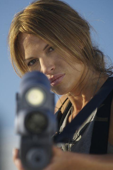Im Visier einen Killerkäfer: Captain Lola Beck (Jolene Blalock) ... - Bildquelle: 2008 Star Troopers (Pty) Limited and ApolloMovie Beteiligungs GmbH. All Rights Reserved.