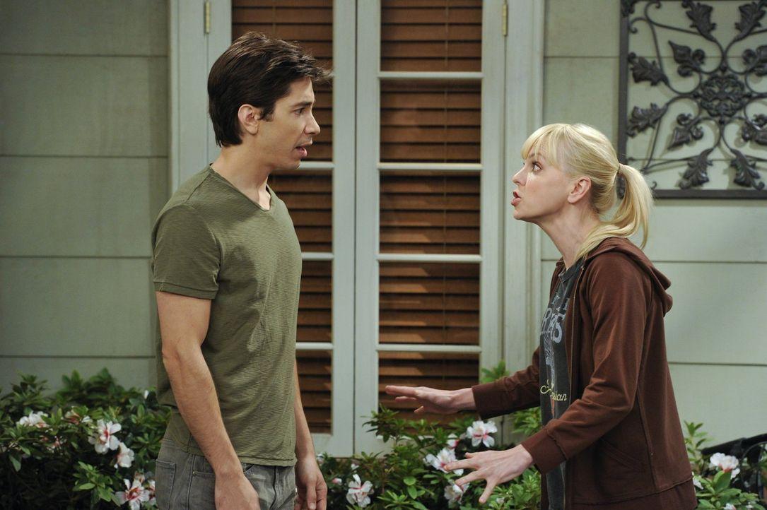 Christy (Anna Faris, r.) verabredet sich erneut mit Adam (Justin Long, l.), will aber Marjories Rat umsetzen, es mit dem Sex langsam angehen zu lass... - Bildquelle: Warner Brothers Entertainment Inc.