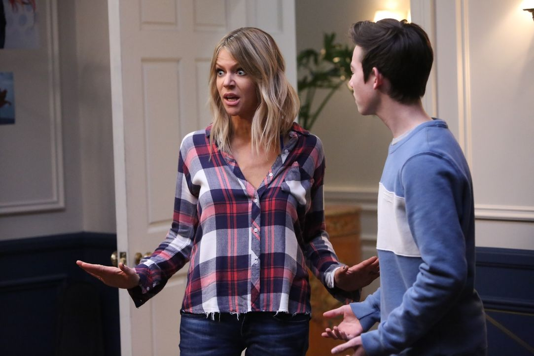 Jetzt reicht es Mickey (Kaitlin Olson, l.). Als sie ein besoffenes Mädchen in Chips Zimmer findet, zieht sie ihn und seinen Kumpe Dylan (Griffin Glu... - Bildquelle: 2017 Fox and its related entities. All rights reserved.