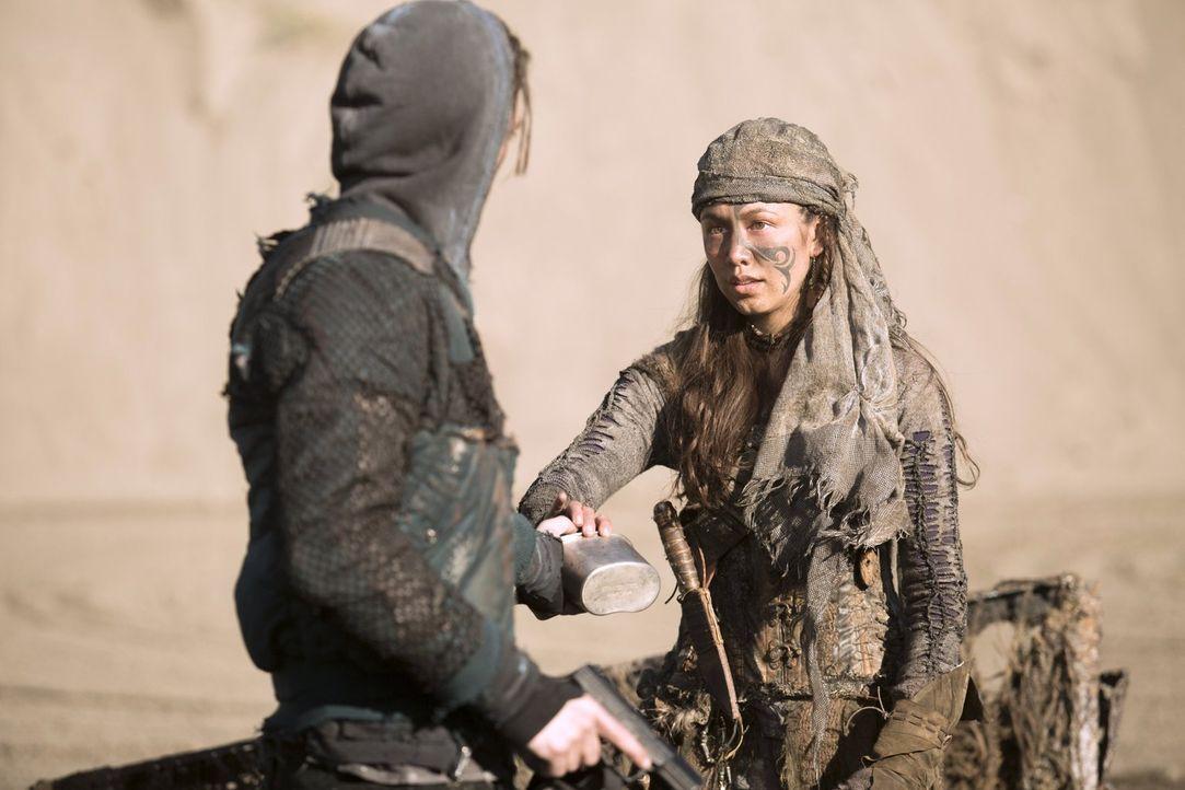 Emori (Luisa D'Oliveira, r.) macht Murphy (Richard Harmon, l.) und seiner Gruppe ein unglaubliches Angebot. Kann sie das auch wirklich einhalten? - Bildquelle: 2014 Warner Brothers