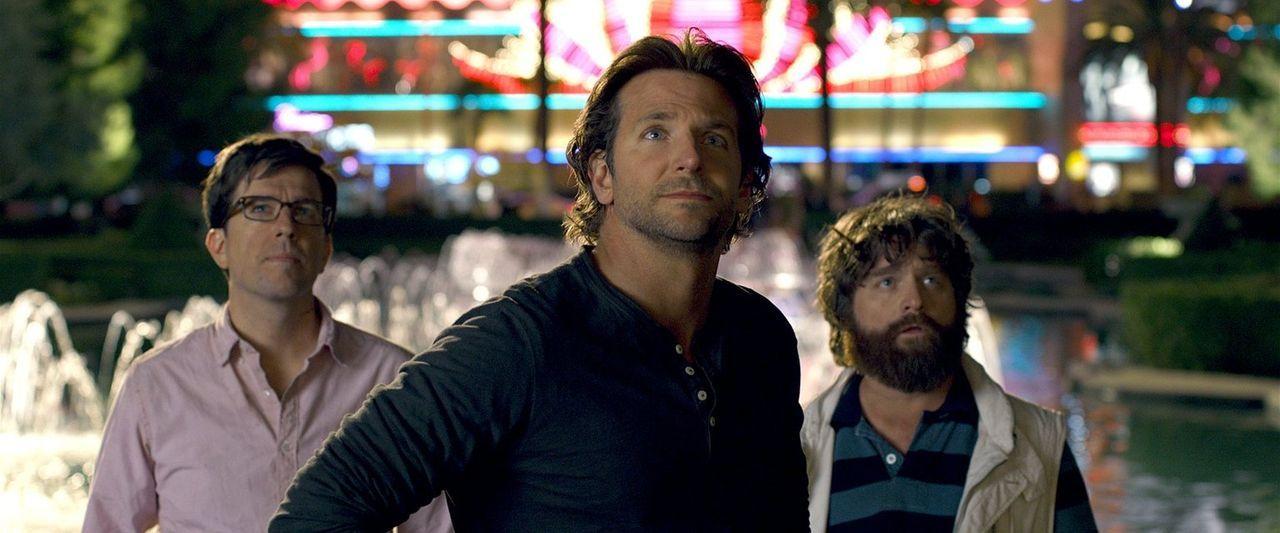 Können Phil (Bradley Cooper, M.), Alan (Zach Galifianakis, r.) und Stu (Ed Helms, l.) dem skrupellosen Mr. Chow die gestohlenen Goldbarren wieder en... - Bildquelle: 2013 Warner Brothers