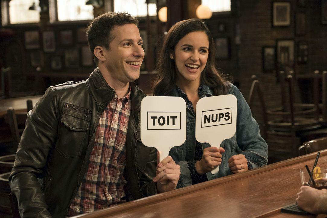 Jake Peralta (Andy Samberg, l.); Amy Santiago (Melissa Fumero, r.) - Bildquelle: John P. Fleenor 2018 UNIVERSAL TELEVISION LLC. All rights reserved. / John P. Fleenor
