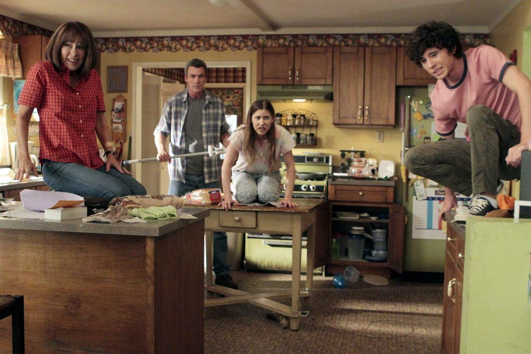 Um Bricks Sozialkompetenz zu erhöhen, kaufen Frankie (Patricia Heaton, l.) und Mike (Neil Flynn, 2.v.l.) ihm einen Hasen. Doch der macht ihnen, Sue... - Bildquelle: Warner Brothers