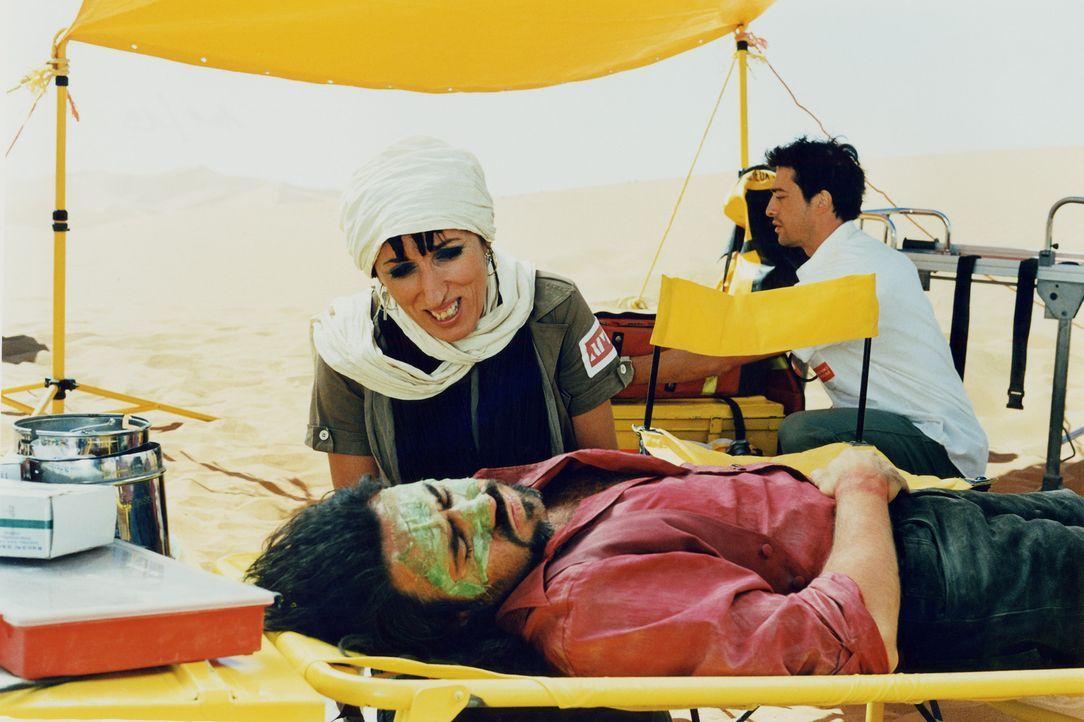 Geraten ins Visier von zwei Nieten: Pauline (Rossy de Palma, l.) und der Türke (José Antonio Garcia, liegend) ... - Bildquelle: Starmedia Home Entertainment