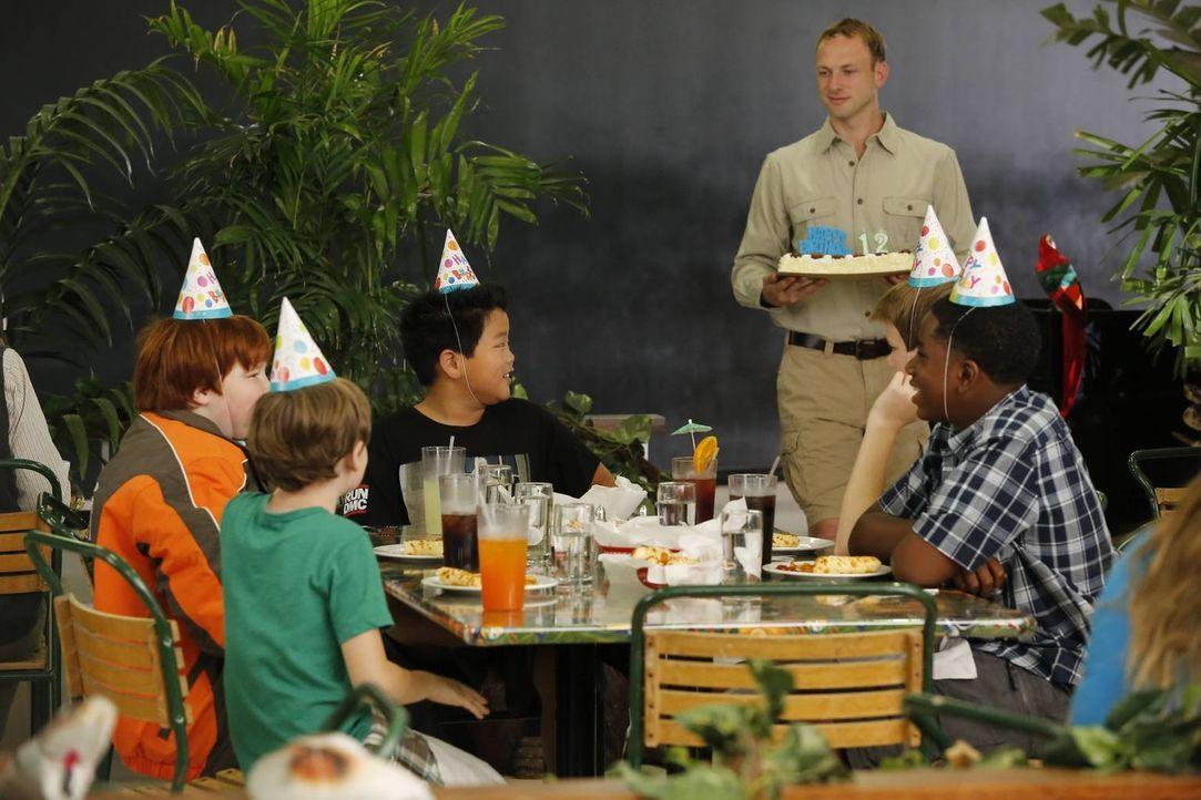 Gemeinsam verbringen sie Eddies Geburtstag: (v.l.n.r.) Trent (Trevor Larcom), Brian (Dash Williams), Eddie (Hudson Yang), Mitch (Paul Scheer) und Wa... - Bildquelle: 2015-2016 American Broadcasting Companies. All rights reserved.