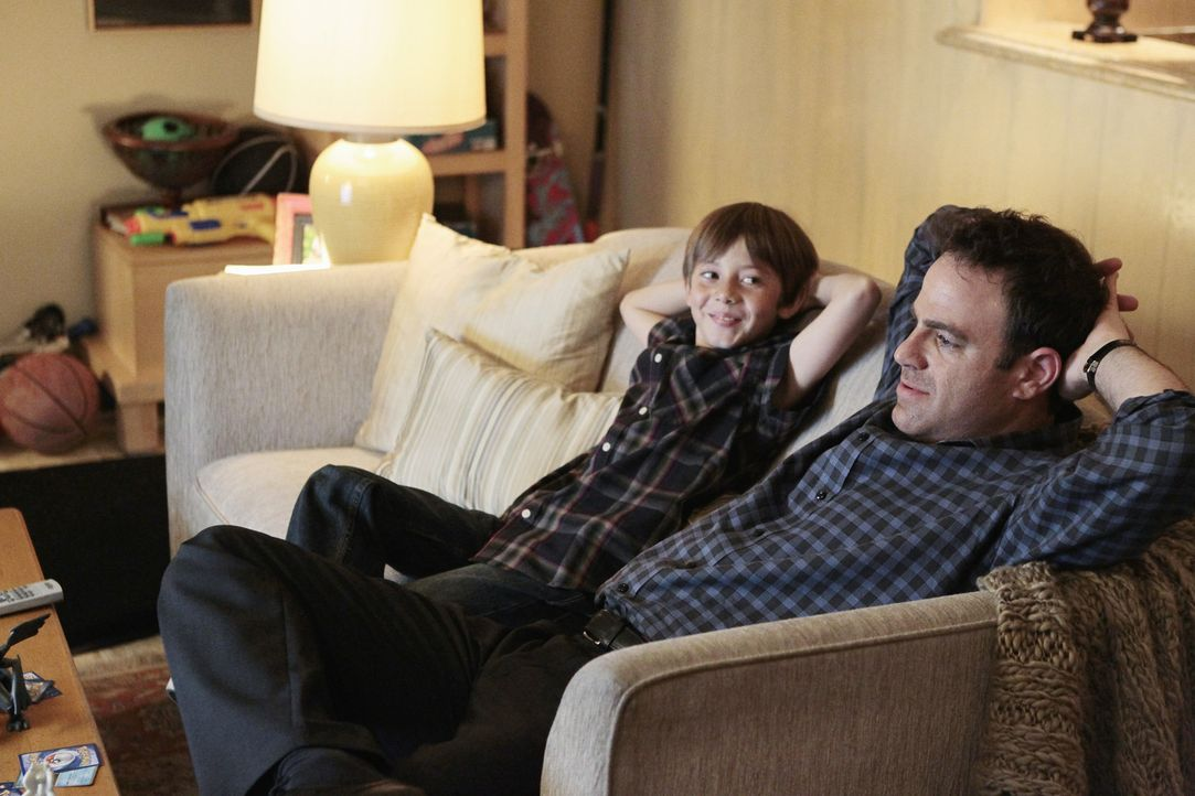 Wie wird Mason (Griffin Gluck, l.) reagieren, wenn er erfährt, dass Cooper (Paul Adelstein, r.) sein Vater ist? - Bildquelle: ABC Studios