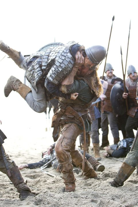 Rollo (Clive Standen, r.) macht mit dem Gegner kurzen Prozess ... - Bildquelle: 2013 TM TELEVISION PRODUCTIONS LIMITED/T5 VIKINGS PRODUCTIONS INC. ALL RIGHTS RESERVED.