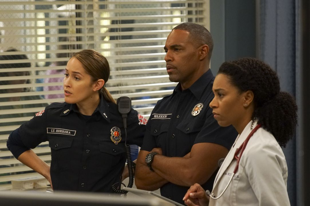 (v.l.n.r.) Andy Herrera (Jaina Lee Ortiz); Ben Warren (Jason George); Dr. Maggie Pierce (Kelly McCreary) - Bildquelle: Scott Everett White ABC Studios