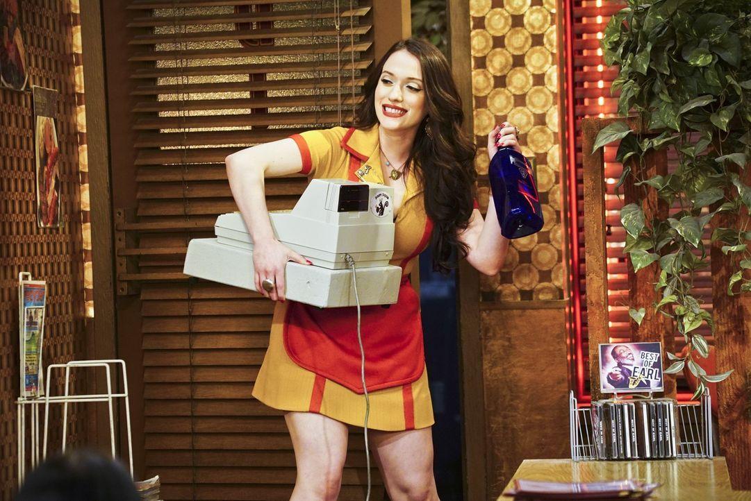 Max (Kat Dennings) erlaubt sich im Diner einen kleinen Scherz. Dabei hat sie bald nicht mehr so viel zu lachen. Denn weil sie und Caroline mehr Raum... - Bildquelle: 2016 Warner Brothers