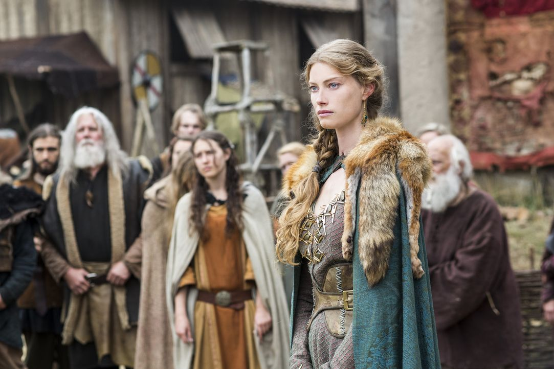 Ragnar ist zwischen seiner Frau Lagertha und der schönen Aslaug (Alyssa Sutherland, vorne) hin- und hergerissen ... - Bildquelle: 2014 TM TELEVISION PRODUCTIONS LIMITED/T5 VIKINGS PRODUCTIONS INC. ALL RIGHTS RESERVED.