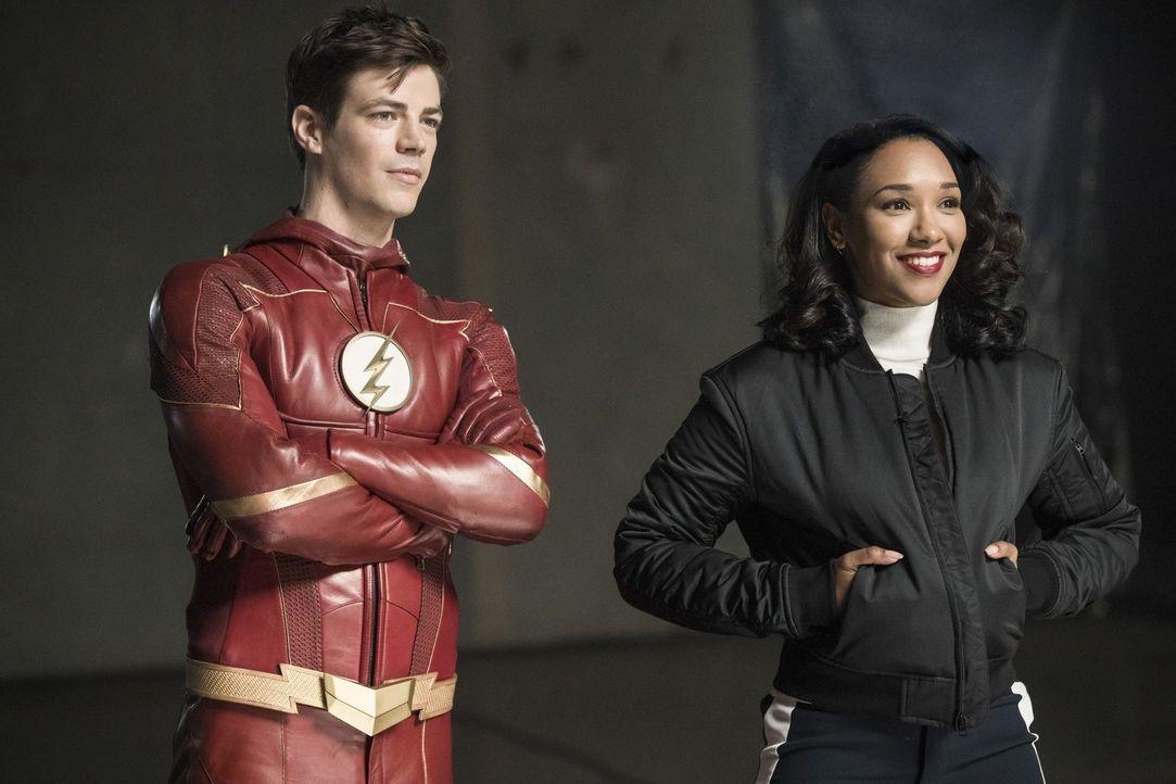 Obwohl Barry alias The Flash (Grant Gustin, l.) vor Gericht von jeglicher Schuld freigesprochen wurde, warten auf ihn und auch auf Iris (Candice Pat... - Bildquelle: 2017 Warner Bros.