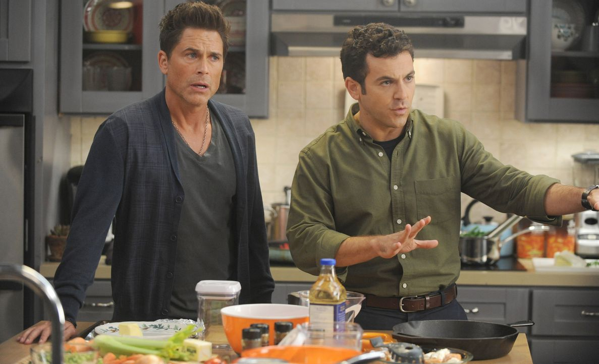 Noch ahnen Dean (Rob Lowe, l.) und Stewart (Fred Savage, r.) nicht, dass an Thanksgiving ein großes Familiengeheimnis ans Licht kommen wird ... - Bildquelle: 2015-2016 Fox and its related entities.  All rights reserved.
