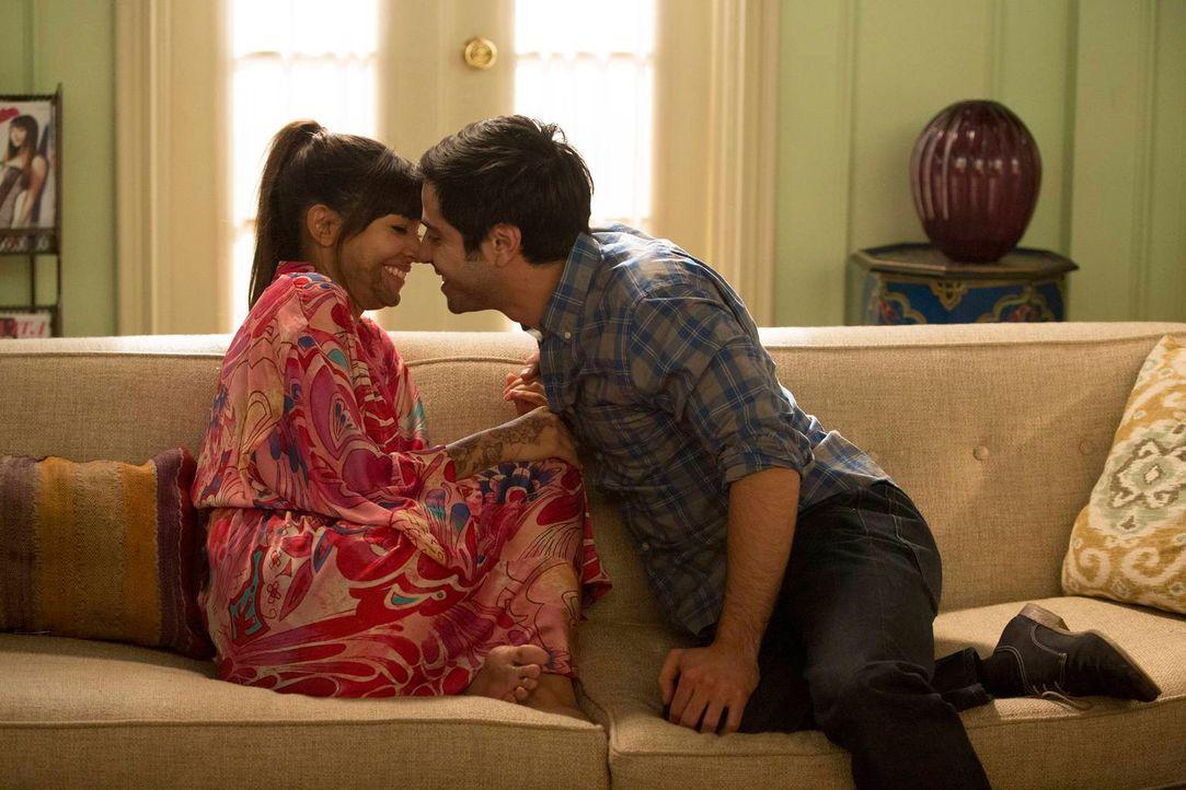 Der Tag ihrer Hochzeit rückt immer näher: Cece (Hannah Simone, l.) und Shivrang (Satya Bhabha, r.) ... - Bildquelle: 2013 Twentieth Century Fox Film Corporation. All rights reserved
