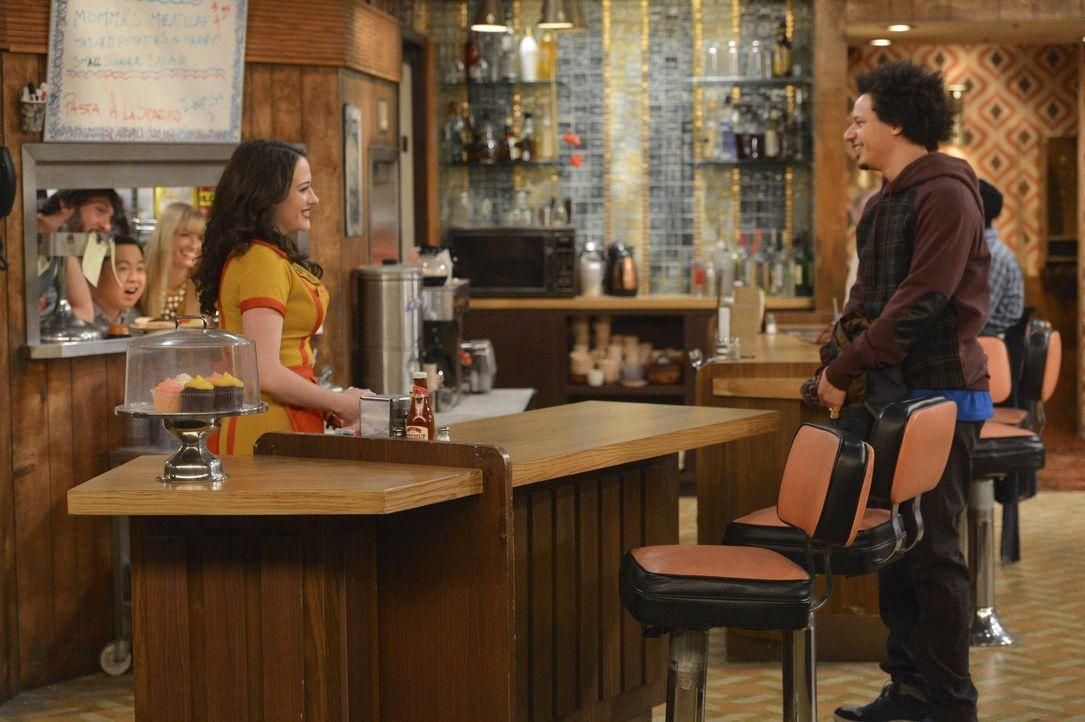 Nachdem Max (Kat Dennings, l.) zu Deke (Eric André, r.) nach Hause eingeladen wird, muss sie feststellen, dass er anders wohnt als erwartet ... - Bildquelle: Warner Brothers Entertainment Inc.