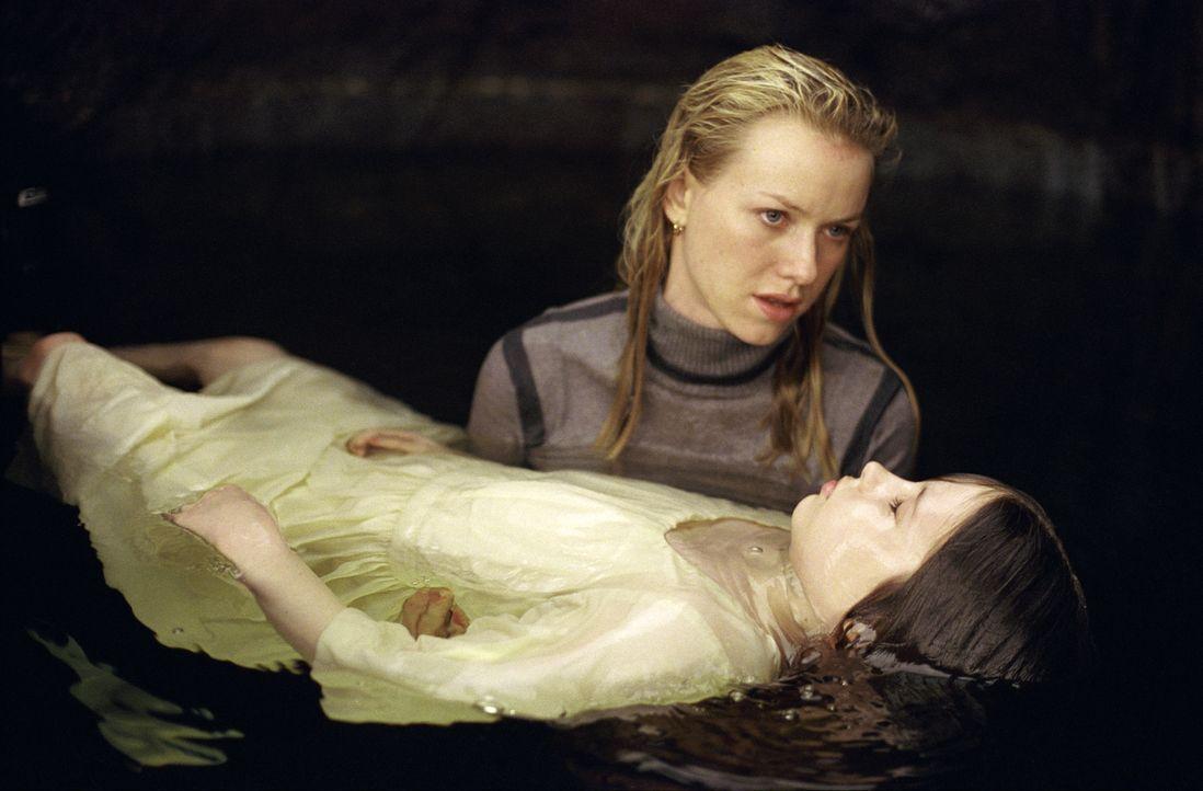 Ein gnadenloser Wettlauf mit der Zeit beginnt für Rachel (Naomi Watts, l.) und die kleine Samara (Daveigh Chase, r.) ... - Bildquelle: TM &   2002 Dreamworks LLC. All Rights Reserved