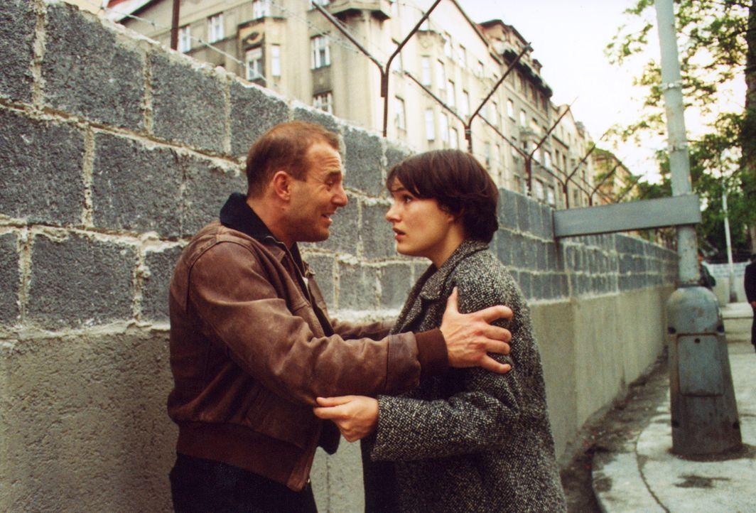 Verzweifelt stehen Harry (Heino Ferch, l.) und Friederike (Nicolette Krebitz, r.) hinter der Mauer und können dem angeschossenen Heiner auf der and... - Bildquelle: Sat.1