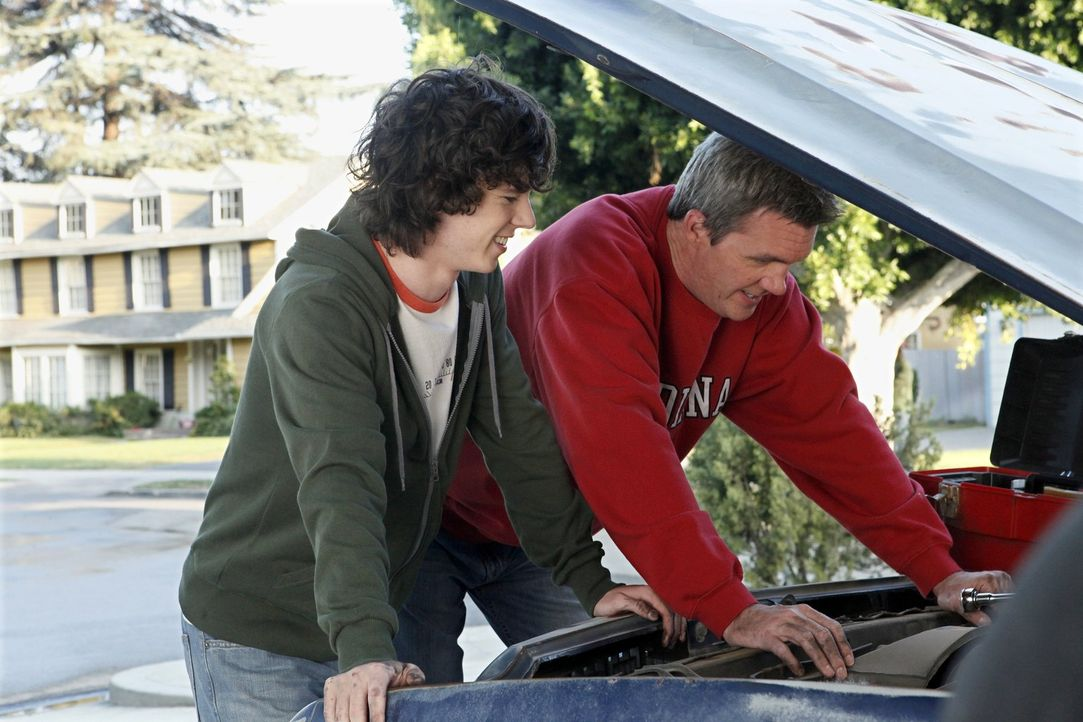 Mit einem eigenen Auto will er bei den Mädels ankommen. Jetzt müssen Axl (Charlie McDermott, l.) und sein Vater Mike (Neil Flynn, r.) den Wagen nur... - Bildquelle: Warner Brothers