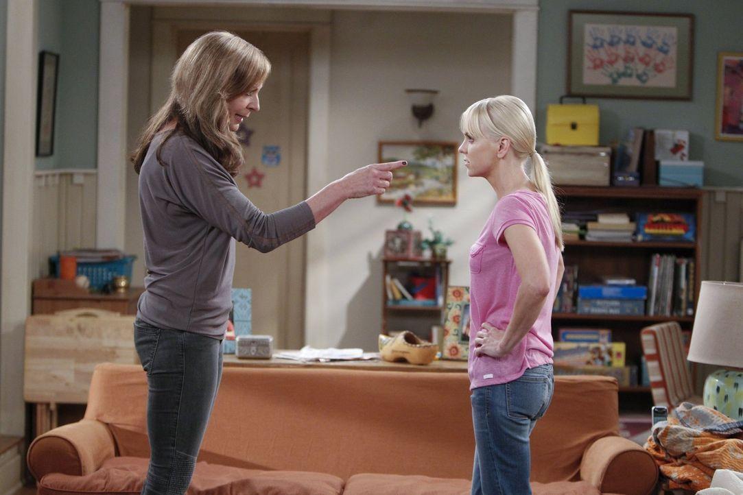 Geraten mal wieder aneinander: Bonnie (Allison Janney, l.) und Christy (Anna Faris, r.) ... - Bildquelle: Warner Bros. Television