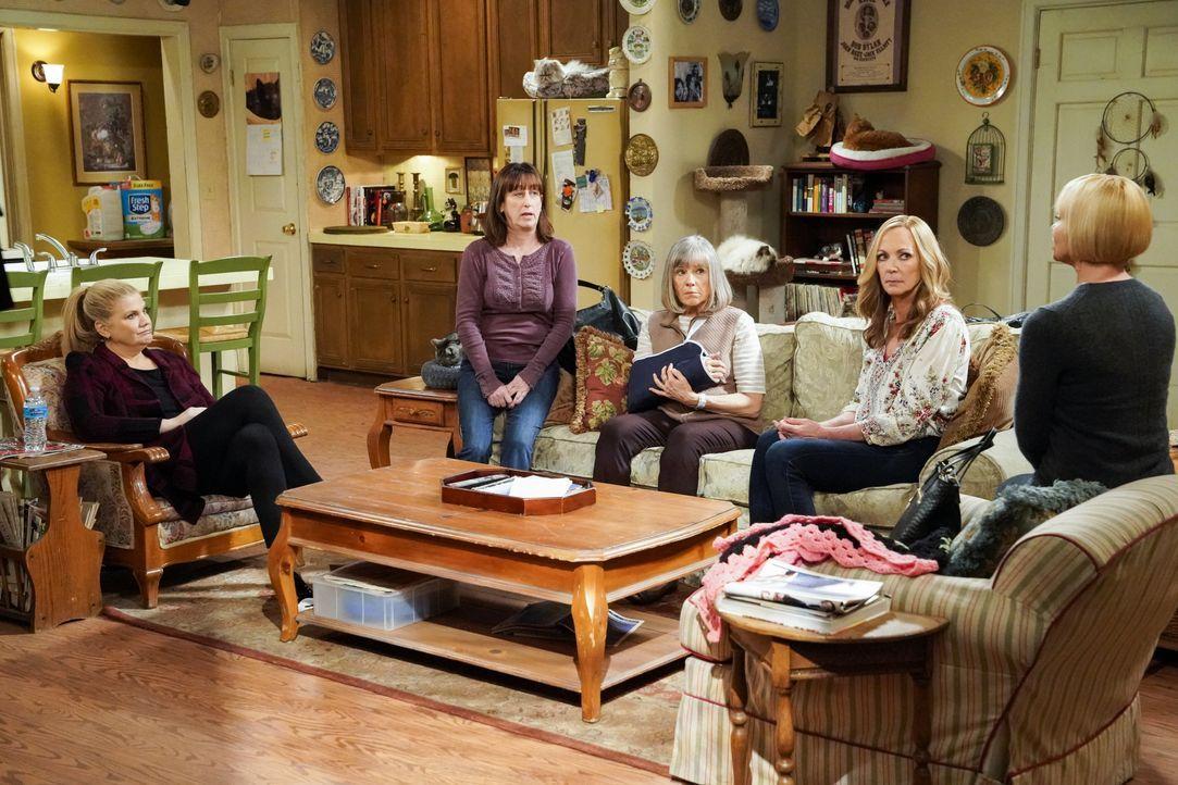 (v.l.n.r.) Tammy (Kristen Johnston); Wendy (Beth Hall); Marjorie (Mimi Kennedy); Bonnie (Allison Janney); Jill (Jaime Pressly) - Bildquelle: Warner Bros. Entertainment, Inc.