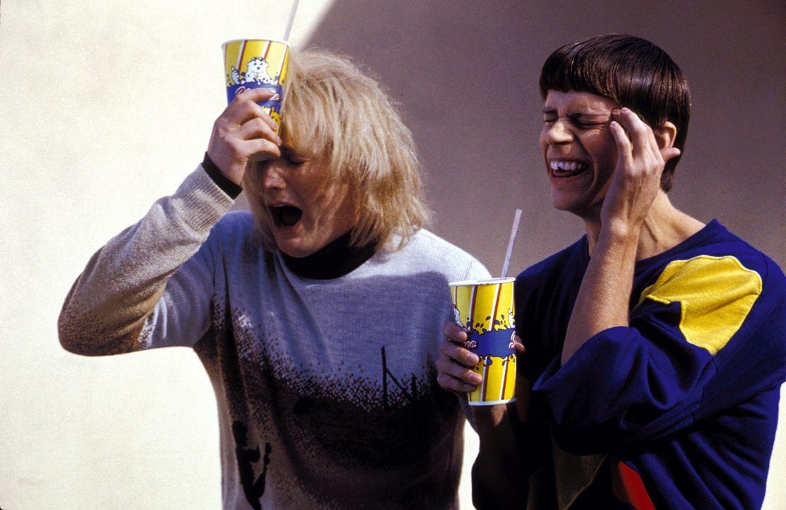 Harry (Derek Richardson, l.) und Lloyd (Eric Christian Olsen, r.) tun sich mit dem Denken etwas schwer. Dennoch versuchen die beiden, eine normale H... - Bildquelle: Warner Bros.