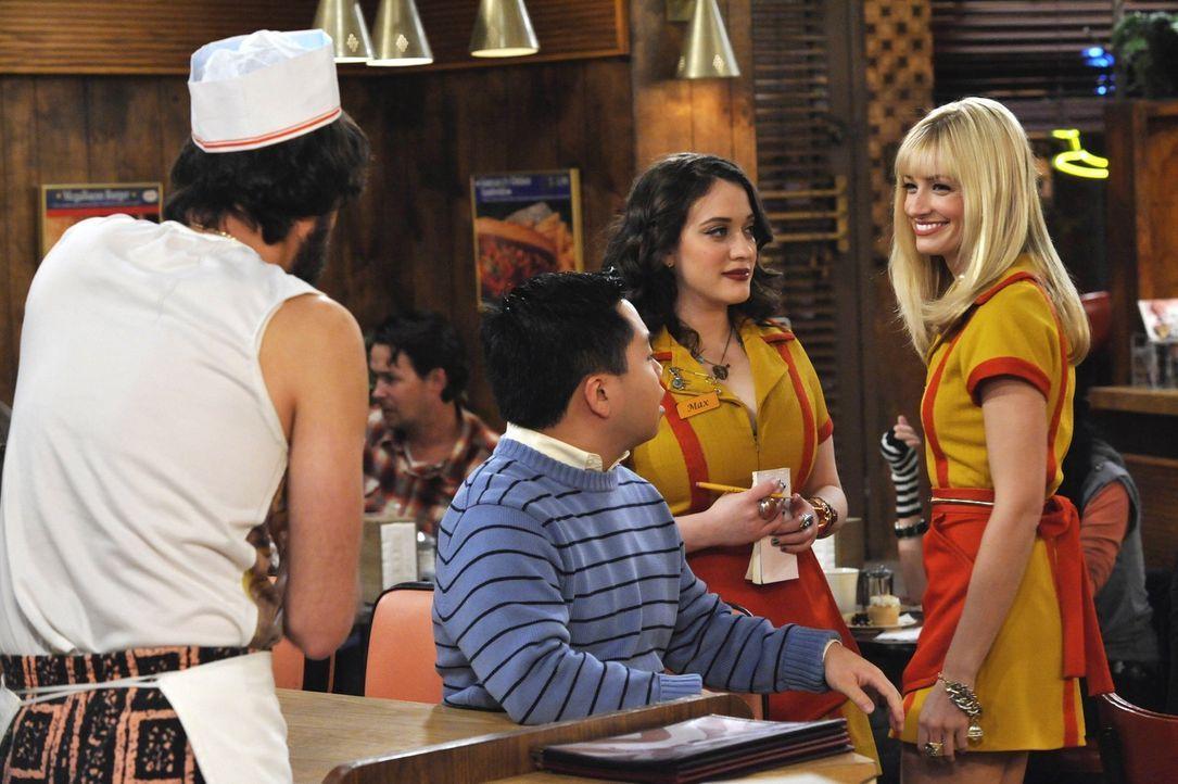 Immer ein Team: Die Kellnerinnen Max (Kat Dennings, 2. v. r.) und Caroline (Beth Behrs, r.) sind froh, im Williamsburg Diner zu arbeiten und dort ih... - Bildquelle: Warner Brothers