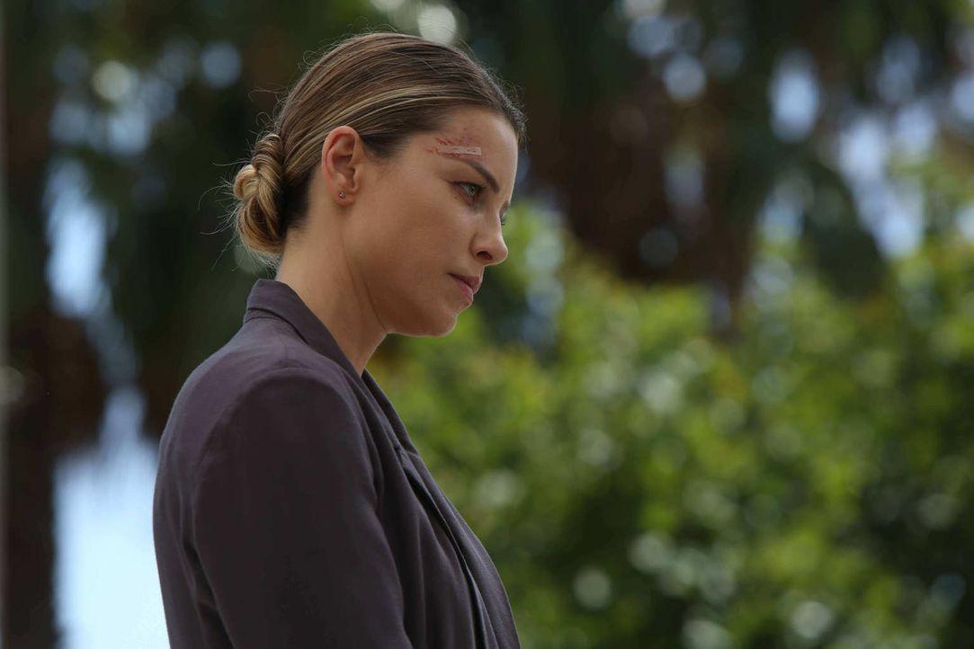 Als ein Actionheld ermordet wird, muss sich Chloe (Lauren German) gleich mit zwei fanatischen Verehrern des Opfers herumschlagen - Lucifer und Dan ... - Bildquelle: 2016 Warner Brothers