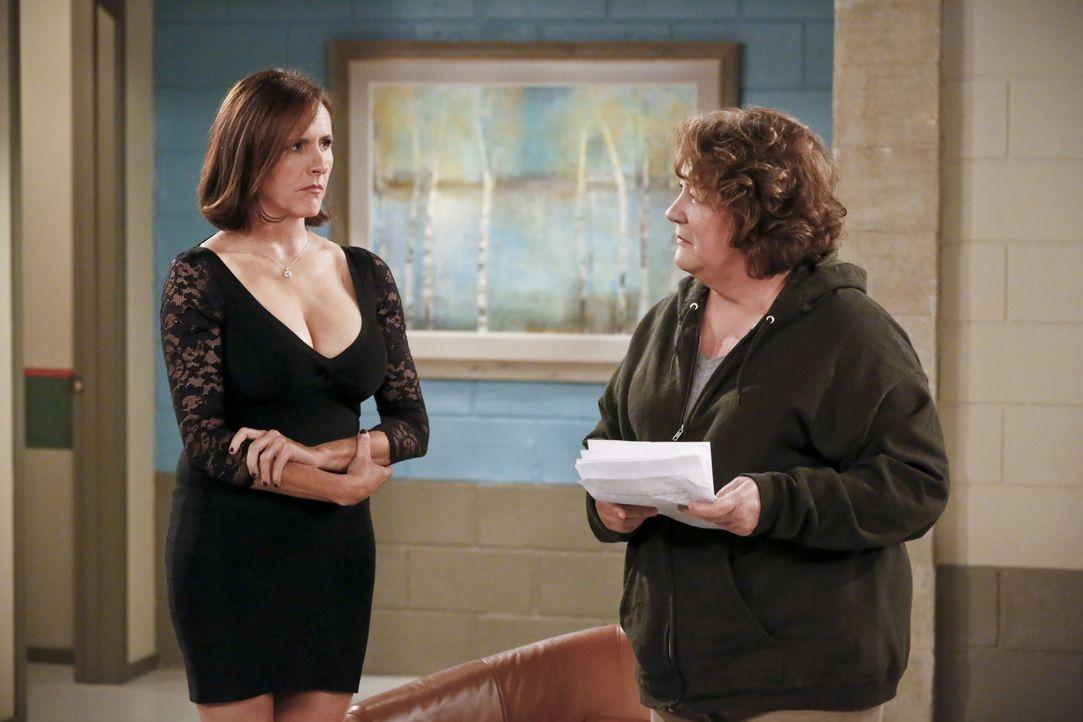 Geraten aneinander: Pam (Molly Shannon, l.) und Carol (Margo Martindale, r.) ... - Bildquelle: 2014 CBS Broadcasting, Inc. All Rights Reserved.