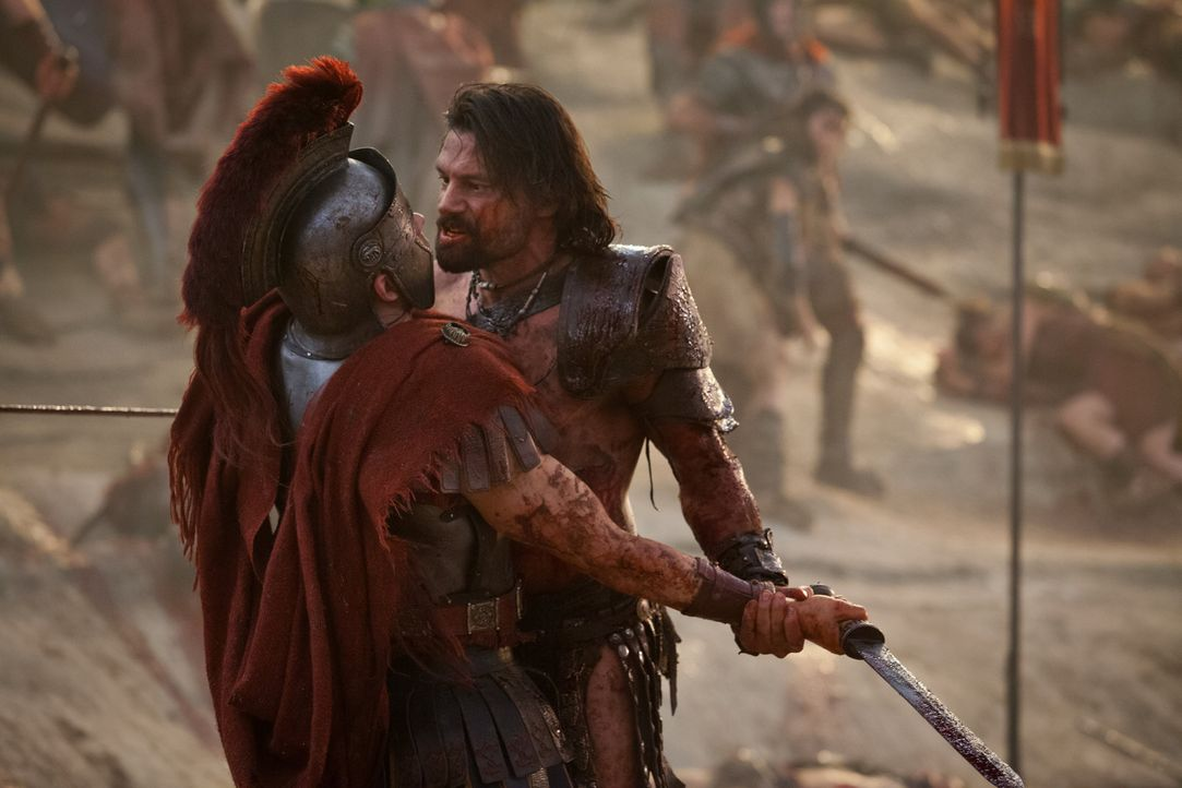 Als Crixus (Manu Bennett, r.) kurz vor Rom eine weitere Streitmacht besiegt, tauchen plötzlich Crassus und seine Armee auf. Nun beginnt ein schier h... - Bildquelle: 2012 Starz Entertainment, LLC. All rights reserved.