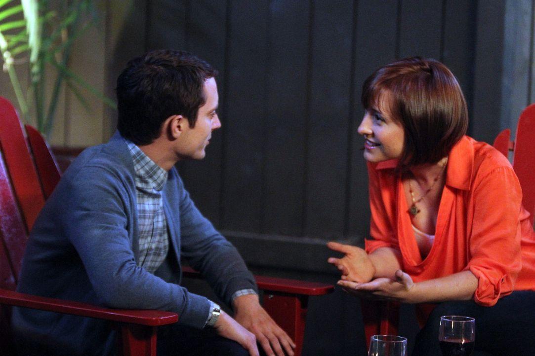 Die schlaue Amanda (Allison Mack, r.) freut sich über die Anerkennung von Ryan (Elijah Wood, l.). Nach hartem Ringen, hat sie endlich geschafft, se... - Bildquelle: 2011 FX Networks, LLC. All rights reserved.