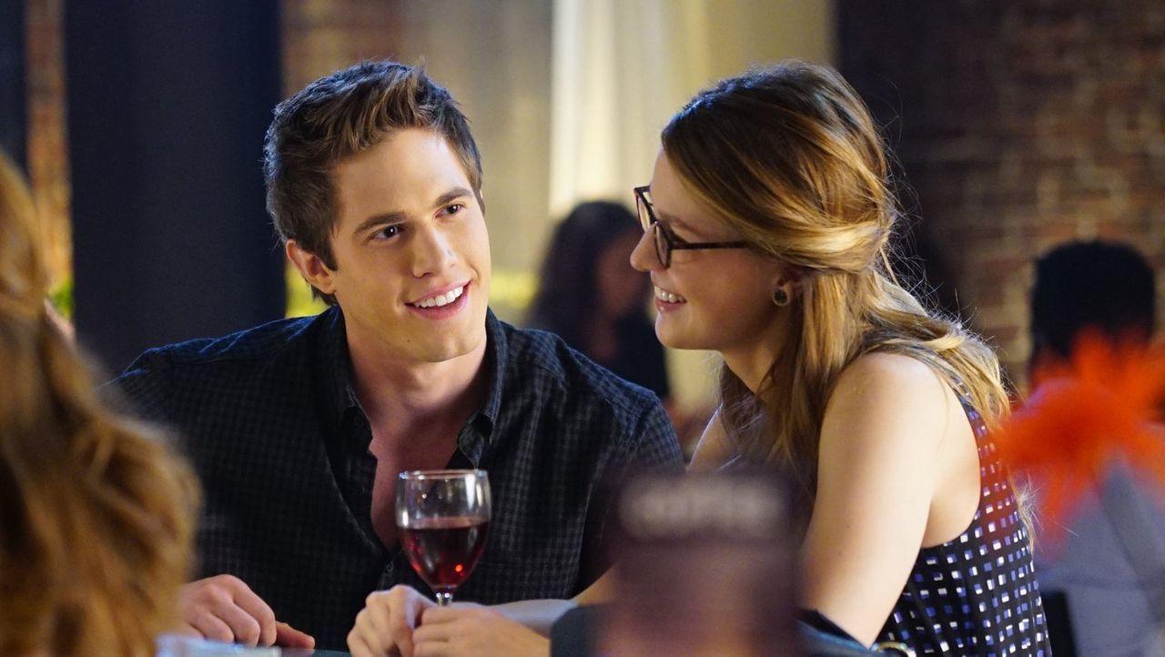 Kara (Melissa Benoist, r.) und Adam (Blake Jenner, l.) verstehen sich auf Anhieb blendend, doch kann Kara sich wirklich auf eine Beziehung einlassen... - Bildquelle: 2015 Warner Bros. Entertainment, Inc.