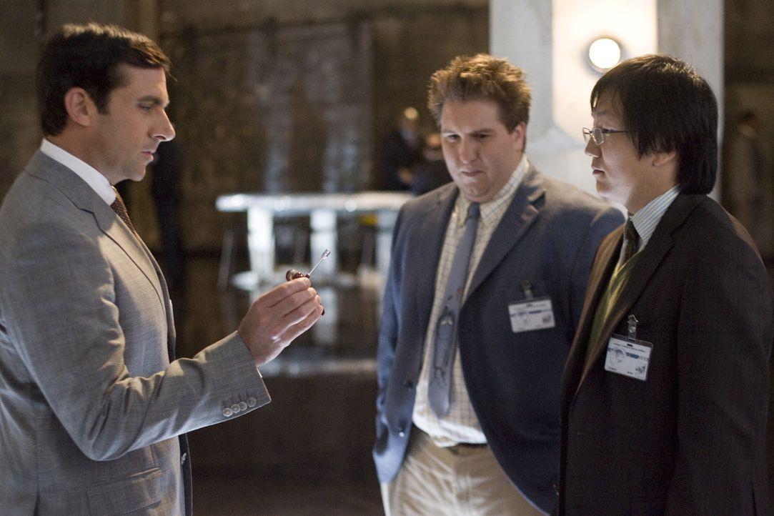 Die beiden CONTROL-Erfinder Bruce (Masi Oka, r.) und Lloyd (Nate Torrence, M.) müssen ganz schnell ihren letzten, noch völlig unerfahrenen Agenten... - Bildquelle: Warner Brothers