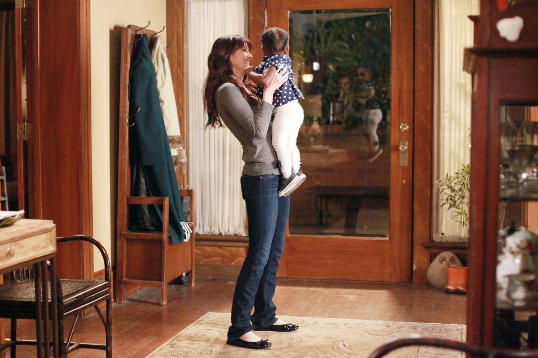 Am Valentinstag passt Lexie (Chyler Leigh, l.) auf Zola auf, damit Meredith und Derek mal wieder eine Nacht für sich haben können, während Ben ve... - Bildquelle: ABC Studios