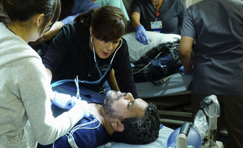 Am liebsten würde sich Leanne (Marcia Gay Harden, l.) nur um Jesse (Luis Guzman, r.) kümmern, der einen Herzinfarkt erlitten hat, doch auch andere P... - Bildquelle: Monty Brinton 2015 American Broadcasting Companies, Inc. All rights reserved.