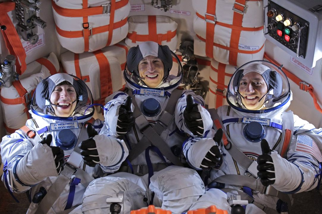 Brechen auf ins All: Dimitri (Pasha D. Lychnikoff, M.), Mike Massimino (Mike Massimino, r.) und Howard (Simon Helberg, l.) ... - Bildquelle: Warner Bros. Television
