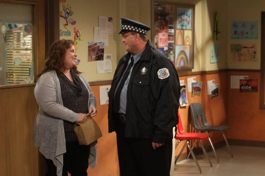 Während Carl eine neue Flamme hat, überrascht Mike (Billy Gardell, r.), seine Molly (Melissa McCarthy, l.) mit einem Picknick ... - Bildquelle: Warner Brothers