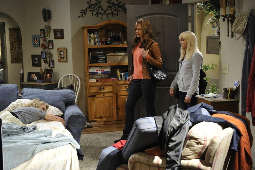 Nachdem Christy (Anna Faris, l.) und Bonnie (Allison Janney, M.) der ehemaligen Drogensüchtigen Jodi (Emily Osment, r.) wieder auf die Beine geholfe... - Bildquelle: 2015 Warner Bros. Entertainment, Inc.