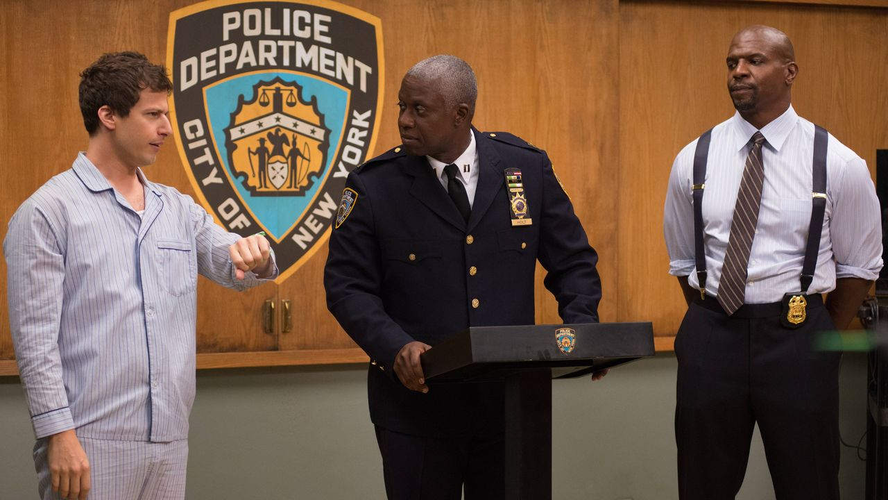 (v.l.n.r.) Jake Peralta (Andy Samberg); Captain Ray Holt (Andre Braugher); Terry Jeffords (Terry Crews) - Bildquelle: 2013 NBC Studios LLC. All Rights Reserved.