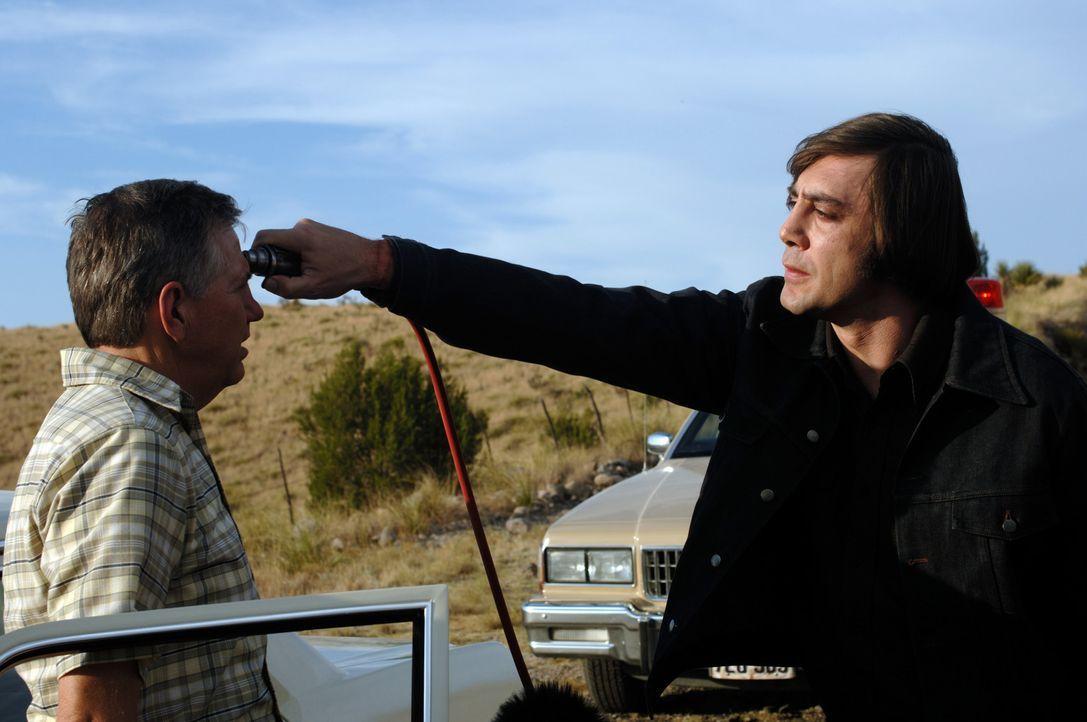 Der Killer Anton Chigurh (Javier Bardem, r.) trägt nicht nur einen ungewöhnlichen Namen, sondern hat auch eine außergewöhnliche Mordmethode entw... - Bildquelle: 2008 by PARAMOUNT VANTAGE, a Division of PARAMOUNT PICTURES, and MIRAMAX FILM CORP. All Rights Reserved.