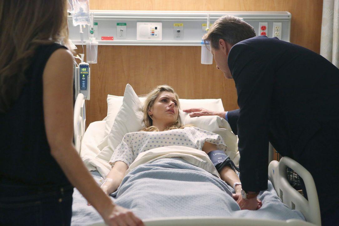 Taylor (Brianna Brown, M.) liegt schwer verletzt im Krankenhaus. Sie hat durch die Schusswunde ihr Baby verloren und bittet Michael (Brett Cullen, r... - Bildquelle: ABC Studios