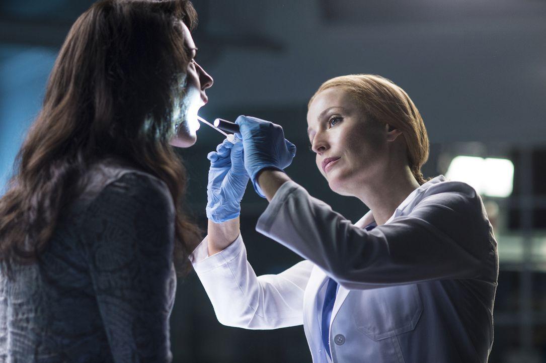 Die junge Sveta (Annet Mahendru, l.) behauptet Alien-DNA in sich zu tragen. Kann Scully (Gillian Anderson, r.) dies auch wissenschaftlich nachweisen? - Bildquelle: Ed Araquel 2016 Fox and its related entities.  All rights reserved.