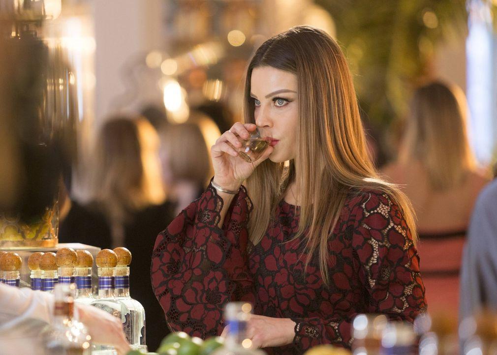 Ahnt Chloe (Lauren German), dass Lucifer und Charlotte mehr über ihren neusten Fall wissen, als sie zugeben? - Bildquelle: 2016 Warner Brothers
