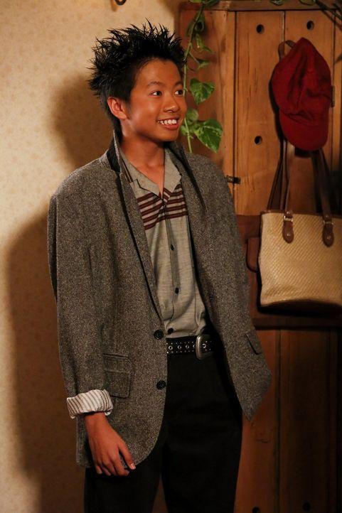 Während sich Tam (Ryan Phuong) die Popularität seines Kumpels Sheldon zu Nutze machen will, fühlt sich Georgie ausgegrenzt ... - Bildquelle: Warner Bros.
