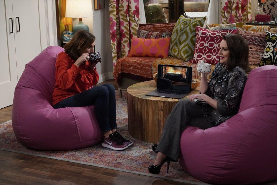 Val (Molly Shannon, l.) nutzt einen Unfall, um Karen (Megan Mullally, r.) dazu zu bringen, ihre Freundin zu sein ... - Bildquelle: Chris Haston 2017 NBCUniversal Media, LLC / Chris Haston