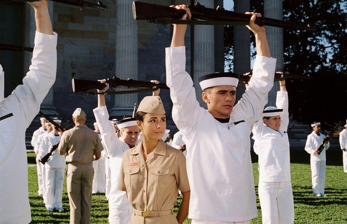 Seit Kindertagen träumt der Schweißer Jake Huard (James Franco, r.) davon, auf die Militärakademie von Annapolis gehen zu können. Als er eine Zu... - Bildquelle: Touchstone Pictures.  All rights reserved