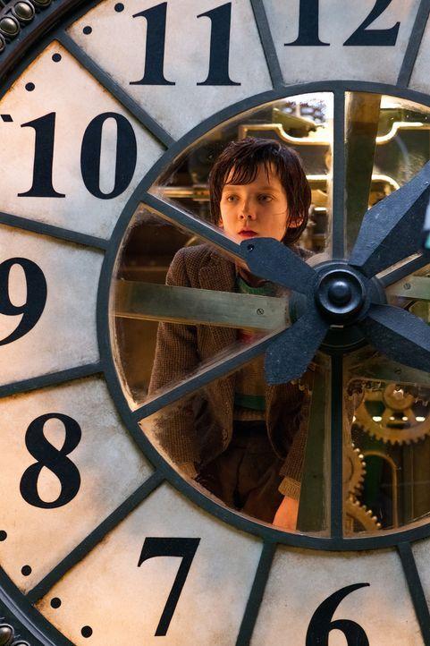 Waisenkind Hugo Cabret (Asa Butterfield) lebt versteckt zwischen den Mauern des Pariser Bahnhofs, wo er von dem Versteck aus alles beobachten kann,... - Bildquelle: Jaap Buitendijk 2011 GK Films.  All Rights Reserved.