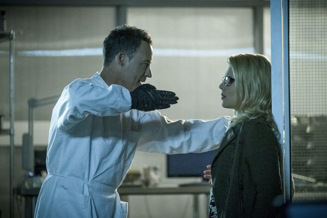 Wie weit wird Reverse Flash (Tom Cavanagh, l.) gehen, um Felicity (Emily Bett Rickards, 2.v.r.) zur Mitarbeit zu zwingen? - Bildquelle: 2017 Warner Bros.
