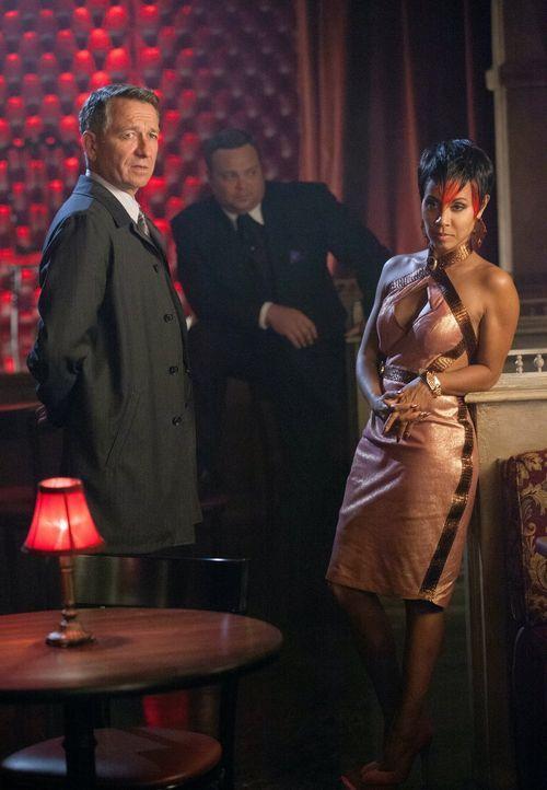 Als Bruce verschwunden ist, da Auftragskiller hinter ihm her sind, macht sich Alfred (Sean Pertwee, l.) auf die Suche nach ihm und stößt dabei auf F... - Bildquelle: Warner Bros. Entertainment, Inc.