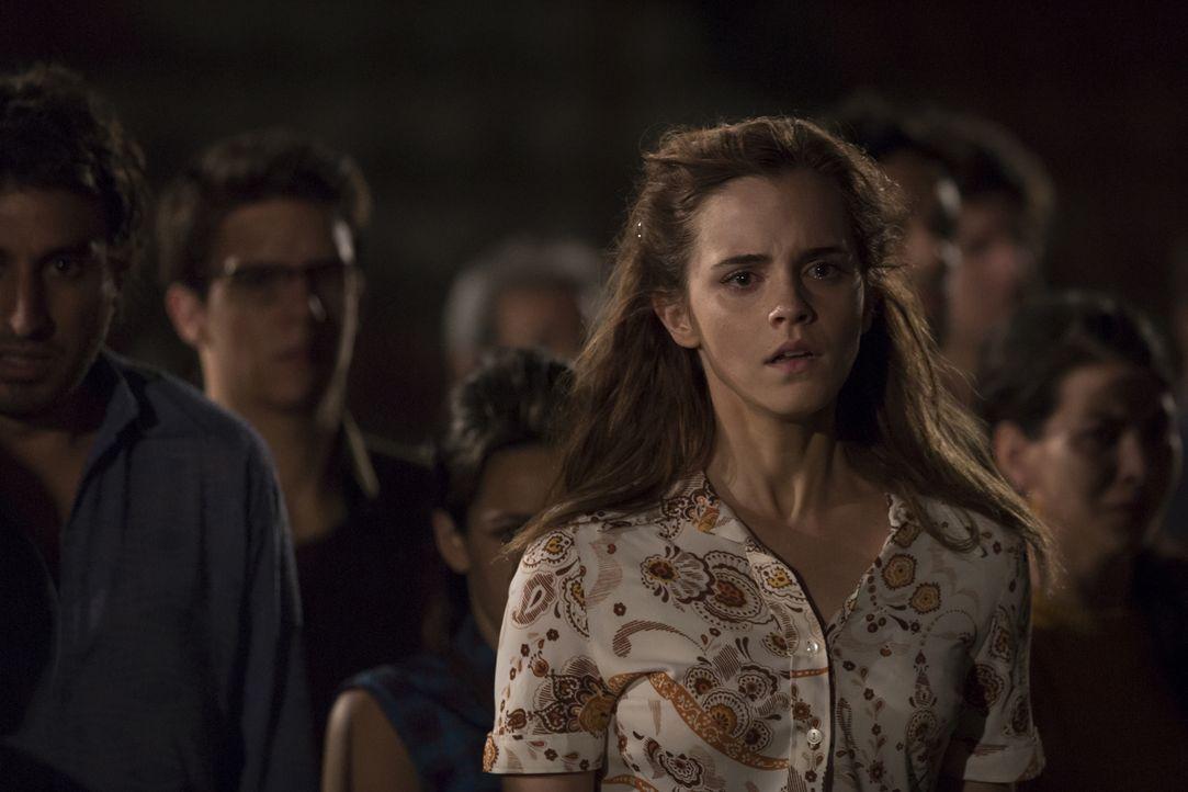 Die Stewardess Lena (Emma Watson) muss mitansehen, wie ihr Freund vom chilenischen Militär verschleppt wird. Während seine Aktivistenfreunde ihn ber... - Bildquelle: Majestic / Ricardo Vaz Palma