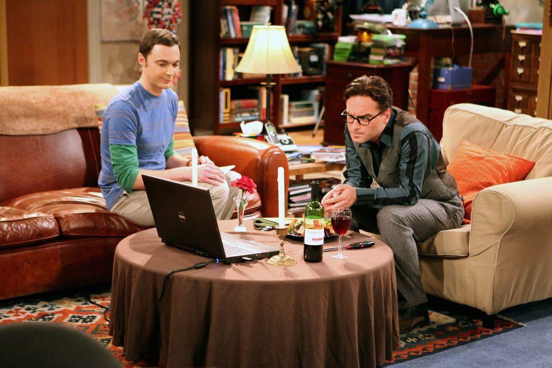 Da Leonard (Johnny Galecki, r.) seine Beziehung mit Priya via Skype fortsetzt, flüchtet Sheldon (Jim Parsons, l.) aus seiner Wohnung zu Penny. Doch... - Bildquelle: Warner Bros. Television