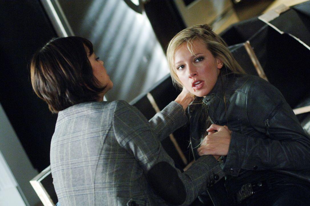 Tammi (Marisa Ramirez, l.) ist erstaunt, dass es Ruby (Katie Cassidy, r.) gelungen ist, aus dem Höllentor zu entkommen ... - Bildquelle: Warner Bros. Television